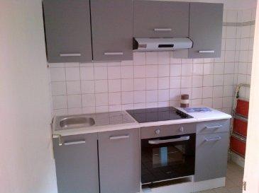 A LOUER A METZ CENTRE  Appartement en duplex  de 45 m2 loi Carrez, au 3e étage /3 dans un petit immeuble calme de 4 lots.  Composé à l'étage de 2 chambres, une salle de bain et un couloir, en partie basse d'une belle pièce de vie, une cuisine équipée, un WC avec lave-mains et un placard. Fenêtres double vitrage bois. Chauffage individuel électrique.  Loyer 550 euros par mois dont  Provisions sur charges mensuelles: 50 euros (régularisation annuelle) comprenant: avance sur consommation d'eau, entretien des communs, électricité des communs et Taxe des Ordures ménagères.  Dépôt de garantie: 500 euros.  DISPONIBLE  01/07/2020.