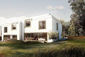 Hier entstehen 4 moderne schlüsselfertige ARCHITEKTENHÄUSER   LOT 4 : Das Terrain ist  4,77 ares groß. Hierauf entsteht eine moderne Doppelhaushälfte mit einer seitlich aus dem Haus rausragender Doppelgarage und  einer Wohnfläche von ca. 184 m² mit insgesamt 4 Schlafzimmern   Weitere verfügbare Größen:  LOT 1 : | 5,29 ares | 819.950 € avec 3% TVA |Wohnfläche: 174 m² netto |  LOT 2 : | 4,89 ares | 829.390 € avec 3% TVA | Wohnfläche: 184 m² netto |  LOT 3 : | 4,77 ares | 823.270 € avec 3% TVA | Wohnfläche: 186 m² netto |   Unser Ziel war es, kompakte Häuser mit intelligentem Grundriss und optimaler Raumnutzung zu entwickeln. Sie zeichnen sich durch eine durchgängige Design- und Formensprache in Kombination mit zukunftsweisender Technik aus und erzeugen ein harmonisches Raumempfinden mit einzigartigem Wohlfühlklima. Die wiederkehrenden geradlinigen Gestaltungselemente finden sich sowohl in der Fassade als auch im Innenraum wieder und sorgen für ein  ästhetisch anspruchsvolles Ambiente bei effizienter Raumnutzung.  Der diffusionsoffene Wandaufbau aus nachhaltigen Materialien schafft die Voraussetzung für Wohngesundheit und Energieeffizienz.