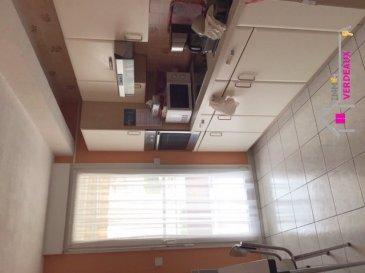 Appartement deux pièces dans résidence calme en centre ville. Situé au 1er étage avec ascenseur, il possède 2 balcons, un cellier, une place de parking en sous-sol sécurisé, un bureau, une chambre, une cuisine équipée et aménagée avec four, plaque et hotte. une salle de bains avec douches, et une entrée avec placard.