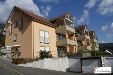 IMMO EXCELLENCE vous propose en exclusivité ce joli appartement situé au rez-de-chaussée d\'une Résidence à seulement 6 unités. L\'appartement dispose d\'une surface habitable d\'environ 86 m2 et se compose comme suit : - Un hall d\'entrée ( 7.34 m2 ), une spacieuse chambre-à-coucher ( 23.15 m2 ), un grand et lumineux living avec salle-à-manger ( 34.73 m2 ) et accès direct sur un balcon orienté plein sud ( 8.82 m2 ), une belle et moderne cuisine équipée ( 5.54 m2 ), un débarras avec raccordement pour la machine-à-laver ainsi que le séchoir ( 2.62 m2 ), une salle-de-douche comprenant un système HAMMAM ( Duscholux ), un dressing ( 2.71 m2 ), un garage individuel, ainsi que 3 emplacements extérieurs. <br><br>L\'appartement se situe dans un endroit très calme. Le balcon orienté plein sud offre de magnifiques vues bien dégagées.<br><br>Bollendorf est une localité et commune allemandes situées dans l\'arrondissement d\'Eifel-Bitburg-Prüm du Land de Rhénanie-Palatinat.<br><br>La commune est bordée au sud-ouest par la frontière luxembourgeoise et la Sûre (un affluent de la Moselle) qui la séparent du canton d\'Echternach.<br><br>Le village de Bollendorf se trouve sur la rive gauche de la Sûre.<br><br><br />Ref agence :3426709