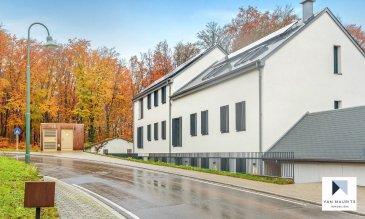 Cet appartement neuf de ± 108 m² situé au rez de chaussée d'un immeuble comportant 5 appartements datant de 2019 ce compose comme suit :  Un hall d'entrée de ± 10 m² donnant accès à trois chambres à coucher de ± 16, 13 et 14 m², au séjour avec cuisine aménagée et équipée de ± 35 m², avec accès à la terrasse de ± 24 m² orienté - Ouest et un jardin de ± 210 m². Une salle de bain de ± 5 m², une salle de douche de ± 6 m², un débarras de ± 2 m² et un WC séparée de ± 2 m².  Deux emplacements extérieurs et une cave ± 5m² complètent l'offre.  Loyer mensuel de 2.110 €  Charges mensuelles de 30 €  Loyer mensuel des parkings 140 €    Généralités ;  Appartement très bien situé tout près de la forêt,  Carrelage et parquet au sol,