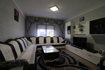 Belle maison mitoyenne de +/- 140m² idéalement situé à proximités du centre ville, hôpital, écoles, ....<br><br>Elle se compose comme suit:<br><br>Au rdch : Hall d\'entrée, salon, salle à manger, cuisine équipée ouverte donnant accès à une terrasse et un jardin.<br><br>Au 1er étage : 2 belles chambres à coucher et une salle de bain.<br><br>2 étage: 2 chambres à coucher et un bureau<br><br>Comble : possibilité d\'aménager une chambre supplémentaire.<br><br>À ce bien s\'ajoute une cave et un garage.<br><br>Pour plus de renseignements ou une visite (visites également possibles le samedi sur rdv), veuillez contacter le 28.66.39.1.<br><br>Les prix s\'entendent frais d\'agence de 3 % TVA 17 % inclus.<br />Ref agence :73004