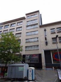 Texte français ci-dessous. Appartement im 6.Stock in der Av.de la gare, 50m von der Brücke zur Oberstadt. Ideal für zentrales Wohnen oder geschäftliche Nutzung.  Das Appartement liegt im 6.Stock von 7. Stockwerken einer Residenz von 1969. Im Erdgeschoss ist ein Geschäft, für die Appartements darüber gibt es einen eigenen Eingang und einen Fahrstuhl. Das Appartement lässt sich entweder direkt über den Fahrstuhl betreten oder auch über eine weitere Eingangstür vom Treppenhaus aus. Ein Flur verbindet alle Räumlichkeiten. Auf der hinteren Seite liegen die Einbauküche und das Wohn/Esszimmer mit Zugang zum kleinen Balkon. Auf der vorderen Seite liegen 3 Schlafzimmer, davon ein kleines ohne Fenster. Eines der grösseren Schlafzimmer hat einen getrennten kleinen Raum, der als Dressing etc. genutzt werden kann. Das kleine Badezimmer hat eine Dusche, das WC ist separat. Die Wohnung präsentiert sich in einem originalen Zustand und sollte renoviert werden. Die Fenster sind aus Aluminium, einfach verglast. Die Küche ist nicht vollständig bestückt. Zum Appartement gehört ein Kellerraum im 2. Untergeschoss, der ebenfalls mit dem Fahrstuhl erreichbar ist. Das Gebäude wird mit Fernwärme beheizt. Mit einem übersichtlichen Investment für Renovierungsarbeiten lässt sich mitten in der Stadt eine tolle Wohnung realisieren.  Der Anfang der Avenue de la gare in Luxemburg Stadt liegt unweit der Brücke zur Oberstadt und nur 200 Meter vom Bahnhof entfernt. Alle Einkaufsmöglichkeiten sind unmittelbar zu Fuss zu tätigen. Bus, Bahn & Tram verbinden direkt mit allen anderen Stadtteilen und dem Flughafen/Kirchberg. Die Autobahn ist ca. 2km entfernt. Das Tal der Petrusse lädt zu tollen Spaziergängen und sportlichen Betätigungen ein. Restaurants und angesagte Cafés sind zu Fuss  zu erreichen.  Appartement au 6e étage dans l'avenue de la Gare, à 50m de la Passerelle vers la ville haute. Idéal pour comme logement central ou pour une affectation commerciale. L'appartement se situe au 6e de 7 étages d'un