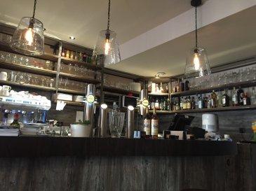 Exclusivité, fonds de commerce de café, bar et petite restauration situé à Metz au coeur d\'une des plus belles places festives du centre-ville  Cet établissement dispose d\'une terrasse d\'un potentiel de 50 places assises et 35 en salle.  Possibilité de vente de parts sociales avec une garantie d\'actif et de passif  Prix FAI : 210 000 € Loyer annuel : 25 200 € HT/HC/AN  Pour plus de renseignments contactez :  E.GURER Tél : 06.28.42.65.84        Mail : eray@procomm.fr Cabinet d\'affaires Procomm - Immogest