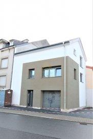 *** NOUVELLE CONSTRUCTION!***  REAL G IMMO, vous propose en vente cette maisonette de 2019, avec une surface de  /-95m2, sise à Gilsdorf à  /-3 min. de Diekirch,  /-10 min d'Ettelbruck et  /-15 min de Mersch.  Ce bien se compose comme suit: rdch: hall d'entrée, débarras/ espace rangement et garage de  /-20m2.  1er étage: espace living/ salle à manger avec coin cuisine ouverte et WC séparé.  2ème étage: 2 chambres (14.49m2 et 14.59m2) et salle de bain.  Un emplacement extérieur complète ce bien.  Pour plus de renseignements ou une visite (visites également possibles le samedi sur rdv), veuillez contacter le 28.66.39.1.  Les prix s'entendent frais d'agence de 3 % TVA 17 % inclus. Ref agence :B73086