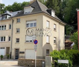 A louer à Luxembourg-NEUDORF, grand garage box, situé à 5 minutes du Kirchberg. 220€ par mois charges incluses avec electricité. Toutes les indications sont basées exclusivement sur les informations mises à notre disposition par nos clients. Nous n'assumons aucune garantie quant à l'exactitude et l'actualité de ces indications.  Pour plus d'informations, photos ou convenir d'un rendez-vous, vous pouvez nous contacter au : +352 24 51 33 79 info@mansoimmo.lu