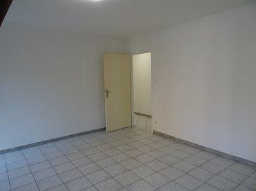 NANCY, hyper-centre, proche place Stanislas, Beau F 4.  NANCY, à deux pas de la place STANISLAS, au calme, dans jolie cour intérieure paysagée, Appartement F 4 composé d'un grand séjour cuisine équipée ouverte, trois chambres, une salle de bains, une salle de douche, deux WC, chauffage individuel au gaz,   Loyer : 980 euros plus 100 euros de charges, peut parfaitement convenir pour une colocation à trois, AGENCE KLAA 8 rue Girardet NANCY 03 83 97 01 78 ou 06 80 44 77 95