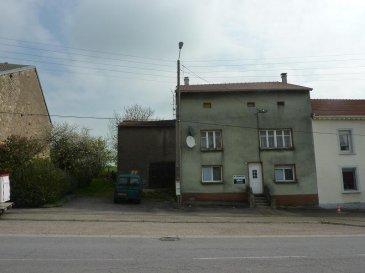 PRIX EN BAISSE.   NOUS VENDONS à BRETTNACH,  sur l\'axe BOUZONVILLE - CREUTZWALD,  et non loin de la frontière allemande:   une maison de village, mitoyenne d\'un seul côté,  avec sa grange et ses dépendances.   Sous une toiture entièrement neuve installée en 2012 par entreprise (facture à l\'appui), elle offre de très belles possibilités de rénovation en rez-de-chaussée et un voire deux niveaux supplémentaires.   En l\'état, 120 m2 du bâti ancien, avec des travaux à prévoir, sont utilisés sous la forme: d\'une cuisine d\'un séjour d\'une salle à manger de deux chambres,  d\'une salle de bains et WC.   *** Outre la toiture neuve, la maison est dotée de fenêtres en double vitrage sur châssis PVC sur le rez-de-chaussée avant et arrière.  *** Porte d\'entrée PVC neuve  Avec sur le côté libre de la maison un terrain sur rue pouvant être utilisé pour une extension de l\'existant.   À l\'arrière, des dépendances et un très beau jardin plat et arboré.   Terrain de 13 ares environ.   LIBRE DE SUITE  CONTACT:  ABEL IMMOBILIER 03.87.36.12.24 ou directement l\'agent commercial M. Gérard STOULIG au : 06.03.40.33.55.  NB: Les frais d\'agence de 4,76 % sont inclus dans le prix annoncé.