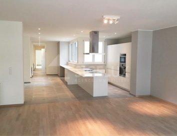 Sigelux Real Estate vous propose à la location, ce bel appartement 2 chambres avec terrasse au 4ème étage. Il se situe au 85/87 Grand Rue L-1661 Luxembourg  Surface habitable de 138m2, il se compose comme suit :  - Hall - Living - Cuisine équipée ouverte - une toilette séparée - 2 grandes chambres à coucher - 1 salle douche - 1 salle de douche avec wc - 1 buanderie - 1 terrasse - 1 cave  Loyer : 3600€ Charges : 350€ Garantie locative : 3 mois de loyer  Frais d'agence : 1 mois de loyer +17% Tva  Pour plus de renseignement ou pour visiter contactez: SIGELUX au 46 71 31 ou info@sigelux.lu