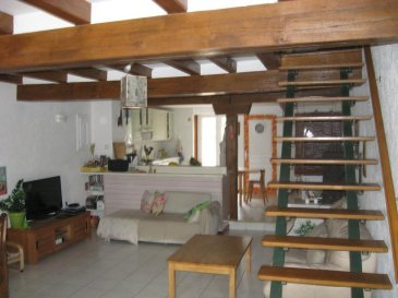 RE/MAX Leader incontesté de l'immobilier au Luxembourg et en frontière, vous propose dans un village calme, entouré de verdure, cette maison d'une superficie d'environ 120 métres carrés.  Le bien se compose comme suit:  -Au rez de chaussé, un salon ouvert sur une cuisine équipée et fonctionnelle, donnant accès a un jardin pourvu d'une terrasse . -Au premier étage se trouve une salle de bain ainsi que deux chambres. -Au deuxième étage se trouve deux chambres récemment aménagées. -Une cave voûtée vient compléter ce bien.  Une visite s'impose.    Personne de contact: julien.fay@remax.lu +352 661 998 351 Ref agence :5095980