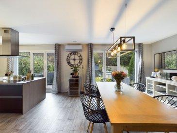 **** SOUS COMPROMIS ****<br><br>RE/MAX spécialiste de l\'immobilier à Dudelange, vous propose à la vente ce magnifique duplex de 2016 d\'une superficie de 125m2?dans une copropriété de trois appartements. <br> <br>Il se compose de la manière suivante : <br><br>Un grand et lumineux espace de vie ouvert de 55 m2, composé d\'un séjour, d\'une salle à manger, et d\'une cuisine. Cette dernière est totalement équipée en AEG et comprend de nombreux rangements ainsi qu\'un confortable ilot central. <br>Cette grande pièce de vie donne accès sur un balcon avec passerelle amenant sur un joli jardin privatif et clôturé de plus de 60 m2. <br>Toujours au même niveau ; deux chambres de 14,5 m2 chacune, ainsi qu\'une grande salle de douche avec WC, vasque simple, sèche-serviettes, rangements. <br><br>Au niveau supérieur ; une grande suite parentale de 20 m2 avec moquette au sol, et sa salle de bain complète (douche italienne, baignoire, WC, double vasque, sèche-serviettes, rangements, partie dressing).<br><br>Enfin, pour compléter ce bien : un coin machine à laver/sèche-linge se trouve sur le palier de l\'appartement, et une cave au sous-sol.<br><br>Caractéristiques supplémentaires : triple vitrage, climatisation LG, volets électriques, fibre optique, etc...<br><br>Charges mensuelles : 220 Euros<br><br>La commission est comprise dans le prix et supportée par les vendeurs.