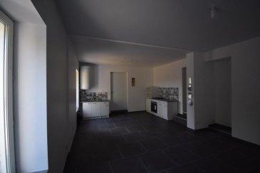 A Homécourt, proche de toutes commodités, nous vous proposons ce charmant F2 récemment rénové.   Situé au rez-de-chaussée d'une petite copropriété, il est composé d'une cuisine équipée ouverte sur un grand séjour, d'une chambre avec rangements intégrés, d'une salle de bains et d'une buanderie.