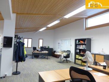 Grand bureau de 158,75 m2 au 1er étage d'un centre d'affaires dans une zone d'activités économiques (ZAE) à Ellange Gare.  Ce bien se compose de :   - 1 grand espace de bureau avec des belles baies vitrées. - 6 parkings extérieurs - 1 espace pour kitchenette - 2 WC séparés  - Libre 01.07.2018 - Plan sur demande  Le bureau dispose de chauffage au sol, tout le câblage nécessaire et Fibre. Possible de louer des meubles pour le bureau et une partie du dépôt.  N'attendez plus, contactez-nous par mail sur info@gng.lu ou au 621 366 377.  Découvrez toutes nos offres sur www.gng.lu