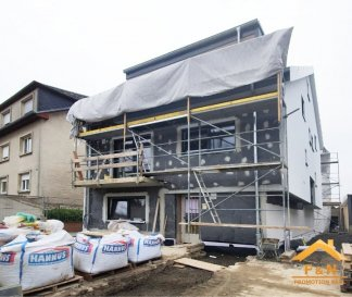 DUPLEX NEUF AVEC 3 CHAMBRES EN VENTE  Bel duplex de haut standing, d'environ 140m2 habitables, situé au 2' et 3' étage d'une résidence avec 4 unités, se compose d'un hall d'entrée, living (42.11m2) avec cuisine ouverte, un balcon de 6.20m, trois ou chambres à coucher, une salle de douche / bain et une cave.  Caractéristiques: Fenêtres triple vitrage, volets électriques, VMC double-flux, carrelages et/ou parquet, sanitaire et autres finitions sont au choix du client  Transport publics : Arrêt de bus à moins d'1min, Accès autoroute A3 / A13 à moins de 3km, Disponibilité : 07/2020 2 emplacements de parking extérieur à partir de 37'500€  Les prix annoncés comprennent la TVA 3%.  Pour toutes autres informations, n'hésitez pas à nous contacter ! E-Mail : info@fn-promotion.lu GSM : +352 621 139 988  ------  DUPLEX MIT 3 SCHLAFZIMMERN  Schöne Wohnung mit einer Wohnfläche von ca. 140m2, im 2. und 3. Stockwerk einer Residenz mit 4 Einheiten, bestehend aus einer Eingangshalle, einem Wohnzimmer (+/-42.11m2) mit offener  Küche und Zugang zu einem Balkon von 6.20m2, drei Schlafzimmer, einem Badezimmer, separates Gäste-WC sowie auch ein Keller.  Charakteristiken: Dreifachverglasung, elektrische Rollläden, mechanische Ventilation (VMC double-flux), Fliesen und / oder Parkett, Sanitär und andere Finitionen sind nach Wahl des Kunden!   Öffentliche Verkehrsmittel: Busstation weniger als 1 Minute entfernt. Autobahnanschluss A3/A13: weniger als 3km Verfügbarkeit: 07/2020 Ein doppelter Stellplatz außen ab 37'500 €.  Es steht auch eine geschlossene Garage für einen Aufpreis zur Verfügung.  Die Preise sind inklusive 3% TVA angegeben.  Für weitere Fragen oder Informationen zögern Sie bitte nicht uns zu kontaktieren! E-Mail: info@fn-promotion.lu Mobil: +352 621 139 988