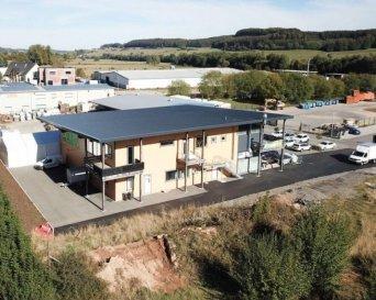 A louer local commercial situé dans la zone industrielle à Mertzig, composé d'une grande pièce de 149m², wc, débarras.  15 emplacements de parkings.  Loyer 2500€ HTVA