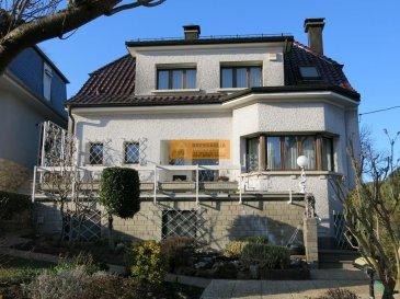 Belle maison libre de 4 côtés avec une grande cour avant située sur un beau terrain sur les hauteurs de Niederkorn.<br><br>La maison dispose de :<br><br>Rez-de-chaussée : Hall d\'entrée avec coin vestiaire, belle cuisine équipée avec accès à la grande  terrasse postérieure ainsi qu\'au beau  jardin, grand living/salle à manger avec un feu ouvert et 1 WC séparé. On dispose également d\'une 2ième terrasse à l\'avant de la maison.<br><br>Etage1 : Palier,  1 chambre parentale avec sa propre salle de bain + WC, 1 chambre à coucher, 1 pièce/bureau et 1 salle de bain + WC .<br><br>Sous-sol aménagé :  Hall, 2 chambres à coucher, 1 bureau, 1 salle de douche et WC, buanderie, cave à vin et un accès au jardin.<br><br>Une autre particularité de la maison est qu\'on dispose d\'un grand garage de +-70m2 pour plusieurs voitures.<br><br>La rue Titelberg est un rue calme sur la partie haut de Niederkorn à proximité du centre du village ainsi que de l\'école, boulangerie, pharmacie, banque....etc.<br>
