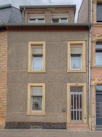 RE/MAX, Anna FERREIRA, spécialiste de l'immobilier à Dudelange, vous propose en exclusivité cette maison à rénover et à grand potentiel, située au cœur de la ville de Dudelange. Elle se trouve à deux pas du centre-ville avec ses commerces, restaurants, transports publics (bus & train) et ses écoles.  Construite en 1922, cette maison très lumineuse, tranquille, disposant de beaux volumes et d'une belle hauteur sous plafond, de 117m2 habitables se compose comme suit:  Au rez-de-chaussée:  - Hall d'entrée - Salle de séjour - Grande cuisine équipée à remettre au goût du jour - Une pièce servant de buanderie - Accès vers la terrasse  Au 1er étage :  - Hall de nuit - Grande chambre d'environ 22 m2 - Spacieuse salle de bain à rénover de 12,20 m2  Au 2e étage :  - Hall de nuit - Chambre d'environ 9 m2 - Grande chambre d'environ 22 m2  Un grenier non aménagé d'environ 20m2 au sol, servant de rangement ainsi qu'une cave viennent compléter ce bien.  Cette maison est dotée d'un fort potentiel et l'on peut y apporter de très beaux changements.  Disponibilité: fin juillet  Pour toute information ou demande de visite n'hésitez pas à me contacter, ce sera avec plaisir que je répondrais à vos questions. ANNA FERREIRA +352 621 613 673  Suivez-moi sur fb: Anna Ferreira RE/MAX Partners https://www.facebook.com/annaferreira.lux