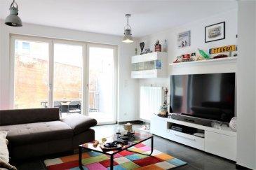 RE/MAX leader du marché immobilier au Luxembourg vous propose en exclusivité, ce bel appartement d'environ  67m² habitables, situé au rez-de-chaussée, d'une résidence bien entretenue, construite en 2011,   Situé à l'arrière de l'immeuble, au calme, cet appartement est composé d'une grande pièce de vie, avec une cuisine ouverte d'environ 33m², avec un accès direct sur une belle terrasse de 17m², d'une grande chambre d'environ 18m² avec sa salle de bain attenante de 5m², d'un WC invité et d'une belle entrée.  Une cave en sous-sol (ascenseur) et une place de parking couverte complètent ce bien.  Buanderie collective en sous-sol  A deux pas d'un arrêt de bus de la ligne 6, parking public à proximité,  Honoraires à la charges des vendeurs  Contacts : + 352 691 513 746 / ou +352 691 100  809   Ref agence : 5096364