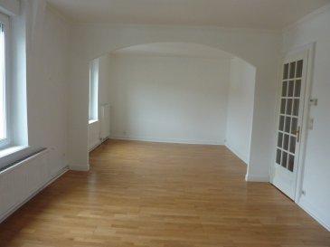 Toute proximité centre, petite impasse paisible, dans un immeuble de qualité des années 30/40, en 3ème étage APPARTEMENT de type 4 pour une superficie de 87,36 m² habitable ainsi composé : Dégagement d'entrée (12 m²) CUISINE équipée (12,17 m²) ouverte sur SEJOUR  (17,25 m²) ouvert sur SALLE à MANGER (12.51 m²) SALLE de BAINS (8 m², w-c (1.5 m²), 2 CHAMBRES (12,4 et 11 m²), cellier (2 m²) 1 cave Chauffage au gaz (chaudière 12/2017) Tout à l'égout, électricité, fenêtres PVC neuves, toiture OK Syndic prof. : 180 €/trimestre avec eau, ménage des communs, assurance du bâtiment) Copropriété de 4 lot.