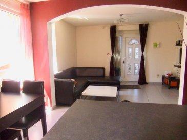 Au 1er étage: Bel appartement F3 de 65.97m² Loi Carrez- avec balcon de 7.45 m² + 2 places de parking dans un bâtiment de 3 appartements au sein d'une copropriété de 6 appartements de 2007. Proche de la Gare CFL à pied. Entrée individuelle par escalier privatif qui mène au balcon et à la porte d'entrée: grande pièce à vivre carrelée de 30.32 m² ouverte par une arche sur la cuisine équipée avec bar et tabourets, 3 fenêtres vers l'ouest offrent un bel ensoleillement toute l'après-midi, dégagement carrelé de 6.87 m2 dessert 2 chambres sur parquet flottant, avec placards  (12.43 et 7.60 m²) et une belle SdB de 7.09 m² avec baignoire, 1 vasque avec fenêtre et buanderie. Au bout un WC séparé,  DV PVC Blanc. Volets roulants. Chauffage électrique au sol sauf wc et sbd  Cumulus électrique - Fosse septique Taxe foncière : 355 € - Taxe d'habitation : 482€ TV inclus
