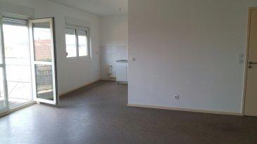 Au calme, appartement  au 1er étage avec terrasse, comprenant entrée avec placard, cuisine ouverte sur séjour, 2 chambres, salle de bains et WC séparés. Chauffage électrique au sol. Libre de suite