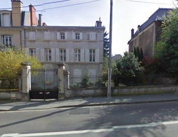 Maison de maître, sur R+2 avec jardin et terrasse extérieure.  Dossier de présentation sur demande.