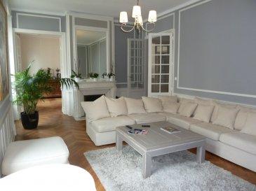 Appartement d\'exception à Saumur avec 2 terrasses - 190m². Amoureux de la belle pierre, cet appartement est unique à Saumur. Situé au 1er étage, cet petit bijou vous propose, une cuisine équipée et aménagée avec accès à une terrasse privative de plus de 200m², une salle à manger avec accès à une seconde terrasse de 30m² orientée ouest, un grand salon, 2 grandes chambres, une suite parentale (avec dressing, salle de bain + douche à l\'italienne), une lingerie et une salle de douche + wc. Vous bénéficierez également de 2 places de stationnement ainsi que d\'une cave de 30m². Ne cherchez pas cet appartement est unique à Saumur! Pour toute visite, n\'hésitez pas à contacter Laurent AUBERGER, (agent commercial en immobilier, immatriculé sous le numéro  525 067 476 au RSAC d\'Angers) au 06.01.94.77.80 !<br/> dont 5.50 % honoraires TTC à la charge de l\'acquéreur.<br/>Copropriété de 110 lots (Pas de procédure en cours).<br/>Charges annuelles : 2050.00 euros.