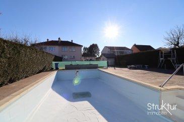 .      SOUS COMPROMIS DE VENTE    <br> <br> <br> Struktur Immobilier vous présente en exclusivité cette lumineuse maison mitoyenne sur un terrain de 8,32 ares clos et arboré avec piscine, idéalement située au calme et à 10 minutes de la frontière luxembourgeoise.<br> <br> Construite en 1960, elle développe une surface totale de 142m2 dont 95m2 habitables sur un sous - sol complet avec garage. Combles aménageables.<br> <br> Elle se compose au rez de chaussée : un hall d\'entrée, une cuisine équipée, un salon séjour de 28 m2, un WC avec placard.<br> <br> A l\'étage : un dégagement avec placard, trois chambres dont une avec dressing, une salle d\'eau avec WC, un accès au grenier.<br> <br> Au sous-sol : Un dégagement, une cave, un garage avec porte motorisée, un espace buanderie chaufferie, un accès au jardin.<br> <br> Aspect techniques et prestations : Fenêtres PVC double vitrage, piscine (9,5m x 4,5m), chaudière à gaz Viessmann (5ans), adoucisseur d\'eau, cuisine équipée (électroménager récent (2019) : lave-vaisselle, four, micro-ondes, plaque de cuisson, hotte, réfrigérateur), isolation du sous-sol, abris de jardin.<br> <br> Pour plus d\'informations ou organiser une visite, contactez nous au 06 03 40 96 27.