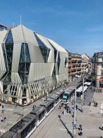 Bureaux - Strasbourg Centre Ville.  Dans le centre Ville de Strasbourg, à proximité immédiate de la Place de l\'Homme de fer, des trabnsports (tram Homme de fer - gare à 10minutes à pied), nous proposons à la location un local d\'une surface de 34m2 situé au 4ème étage de l\'immeuble avec ascenseur comportant : une entrée, un espace d\'accueil/attente, et un grand bureau donnant sur la place de l\'homme de Fer. .<br> Sol : Parquet<br> Revêtement mural peinture blanche<br> Spots sur lustres<br> Sanitaires H/F en parties communes .<br> Chauffage urbain inclus dans les charges .<br> Stores intérieur sur facade exposée .<br> Ascenseur dans l\'immeuble<br> Tram : ligne A/B/C/D/F - Homme de Fer<br> Accès autoroutier : A4 sortie Strasbourg Kleber   Loyer 680EUR/HT/HC/mois Charges de 80EUR/mois<br> Dépot de garantie: 680EUR <br> Honoraires à la charge du preneur : 4896EUR TTC - soit 12% du loyer triennal hors charges <br> TF et TOM non incluses<br><br> => pour Bureaux/Professions libérales /Immeuble comportant médecins, siège local Uber, CAFPI.