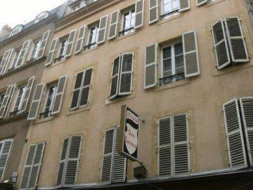 Nous vendons,   En hyper centre de METZ, 8 rue Dupont des Loges, proche de la gare SNCF. Au  4ème et dernier étage d'une petite copropriété.  - un appartement de type F3   Il offre sur 43 m2 : - une entrée  - une cuisine de 5.41m² - un séjour de 15.73m²  - deux chambres   - une salle de bains   WC   *** Chauffage individuel au gaz *** Fenêtres double vitrage sur châssis bois  ***Les communs et la toiture sont restaurés, pas de travaux de copropriété à prévoir.   Diagnostic de performance énergétique, consommation énergétique = D  CONTACT : ABEL IMMOBILIER 03.87.36.12.24 ou directement le commercial au : 06.03.40.33.55 Mr STOULIG Gérard  NB : Les frais d'agence de 5.26% sont inclus dans le prix annoncé