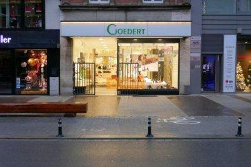 Belle surface commerciale très bien située au début de l\'Avenue de la Gare de Luxembourg-Ville<br><br>La surface est divisée sur 2 étages :<br><br>Rez-de-chausséee :  surface commerciale   (+- 90m2)<br>Vitrine (+-30 m2)<br><br>Cave - stockage  (+-80 m2)<br><br>Belle vitrine et pas de fonds de commerce à reprendre.<br><br>