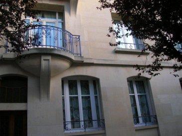 NANCY, Avenue Anatole France, BEAU F 4.  NANCY, quartier chic, avenue Anatole France, dans immeuble de caractère, au 1er étage, Beau F 4, entrée spacieuse, vaste salon-salle à manger, deux chambres, cuisine équipée, salle de bains, wc séparés, chauffage individuel au gaz, Loyer : 900 euros plus 80 euros de charges,  AGENCE KLAA 8 rue Girardet NANCY 03 83 97 01 78 ou 06 80 44 77 95