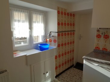 LOCATION COURTE DUREE  A louer maison partiellement meublée de 110m² se composant de: - cuisine équipée - beau séjour - salle à manger - salle de douche avec wc - 2 chambres à coucher - bureau - jardin.  Pas de garage.