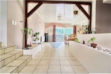 RE/MAX spécialiste de l'immobilier au Luxembourg, vous propose une grande maison rénovée à Hobscheid . Cette maison possède 4 grandes chambres, une grande salle de bain avec douche italienne, cuisine séparée donnant sur la terrasse et jardin, un salon avec cheminée et une salle à manger, et grand hall d'entrée avec petite toilette