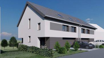 Maison Lot N°45 , une future construction 'clé en main', à Kaundorf sis sur un terrain (environ 3,49 ares) sur lequel elle est bâtie et doté d'une excellente orientation. Érigée dans un îlot de verdure dans la rue « Cité an der Uecht », à proximité du Lac de la Haute Sûre.   Cette maison d'une surface habitable  de  /-159m2  sera conçue dans une classe énergétique A/A et se composera comme suit :    - Rez-de-Chaussée : l'entrée principale avec accès vers les niveaux supérieurs, garage pouvant accueillir deux voitures de  /-37m2, une chambre à coucher de  /- 13m2, bureau de  /-10m2, et une salle de bain de  /-6m2.   - Rez-de-jardin: une cuisine ouvert donnant sur un spacieux séjour/salle à manger de  /- 40m2 avec grandes baies vitrées en façade arrière donnant vers une terrasse de  /- 37m2 et jardin, et espace cave et local technique.   - 1er étage: un hall de nuit et escalier, 3 chambres à coucher, une avec salle de bain privative et dressing, et une salle de douche avec WC.  Grenier non habitable.  Prix affiché estimé avec TVA 3% comprise.  Kaundorf est une section de la commune luxembourgeoise du Lac de la Haute-Sûre située dans le canton de Wiltz. A 5 minutes du centre commercial KNAUF. A 5 minutes de Wiltz ( CNS, Hôpital, Lycée du nord Banques, Poste etc.... ). Et 20 minutes de Ettelbruck. Et 50 minutes du Kirchberg.  Pour tous renseignements complémentaires ou une visite (visites également possibles le samedi sur rdv), veuillez contacter le 691 850 805. Ref agence :SE