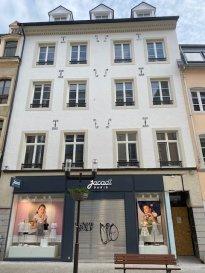 PLM Immobiliere & Gestion de Patrimoine vous propose des bureaux NEUFS avec ascenseur à louer dans le Piétonnier de la Grand-Rue à Luxembourg-Ville.  Adresse de Prestige surface totale de 480m² à Louer  La surface des bureaux est adaptable suivant vos besoins d'espaces.  Actuellement ils sont répartis comme suit suivant les étages :  1er étage : 2 bureaux de 60m²  2ème étage : 2 bureaux de 60m²  3ème étage : 2 bureaux de 60m²  4ème étage : 2 Appartements de fonctions composés de 1 chambre ainsi que terrasse sur le toit de l'immeuble.  Surface totale de l'immeuble en location 480m² avec des plateaux de 120m² sur 4 étages!  Location de 60m² également possible. Ascenseur - Escalier - Climatiseur - Vidéophone  Les caves au Sous-sol sont au -1 et -2  Pour davantage de renseignements et visites, veuillez contacter Pierre-Laurent Morimont au +352/691.210.784