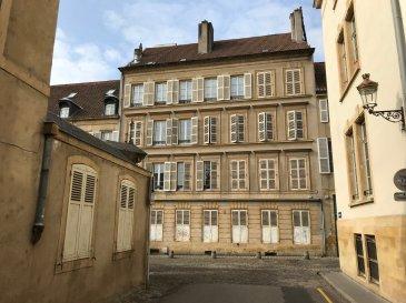 METZ-CENTRE : Rue de l\'Abbé RISSE. Immeuble sur 5 niveaux (RDC + 3 ETAGES + COMBLES)  RDC : à réhabiliter 1er/2è/3è :  6 appartements  F2 loués   Combles. Caves en sous-sol.