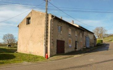 NOUS VENDONS à VOELFLING LES BOUZONVILLE (57320) à proximité immédiate de la frontière allemande, non loin de BOUZONVILLE et de ses commerces, à une demi-heure environ de SCHENGEN (Luxembourg) ;  une ancienne fermette lorraine de village établie sur un terrain de 8a38.  La maison offre une surface habitable de 178 m2 comprenant notamment :  En rez-de-chaussée : Une cuisine de 13,43 m2 Une pièce à vivre de 16,96 m2 Un séjour de 16,68 m2 ouvert sur un salon de 15,03 m2 Une salle de bains de 3,89 m2 Un WC de 1,07 m2  A l\'étage Un palier de 14,99 m2 Deux premières chambres de 12,21 et 12,51 m2 Une troisième chambre en demi-niveau supérieur, installée au-dessus de la partie grange, d\'une surface de 18,45 m2 Trois autres chambres de 14,45, 9,89 et 17,18 m2  Avec aussi : Une première extension de 17 m2 donnant accès aux anciens bâtiments de ferme d\'une superficie totale de 275 m2 comprenant notamment une ancienne étable, une grange traversante de 177 m2 aux grandes portes métalliques sur l\'avant et l\'arrière.  Sur le côté droit de ce bâtiment de ferme principal, un second bâtiment agricole ayant abrité une porcherie. Sa superficie est de 83 m2.  Sur le côté gauche de la façade avant, une extension réalisée en agglomérés et béton sur deux niveaux de 37,76 m2.  *** La toiture de la maison est en parfait état, elle été entièrement rénovée. *** Fenêtres en double vitrage sur châssis PVC OB sur la façade avant et au rez-de-chaussée arrière de la maison. *** Chauffage central au fuel de 1998.  *** Il sera possible d\'acquérir davantage de terrain à l\'arrière de la propriété si cela devait être souhaité.  LE BIEN EST IMMEDIATEMENT DISPONIBLE    CONTACT :  Gérard STOULIG – Agent commercial au : 06 03 40 33 55  WIR SPRECHEN DEUTSCH  NB : Les frais d\'agence sont à la charge du vendeur.