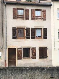 SIERCK LES BAINS  Immeuble de rapport comprenant: Au rdc:  Un studio d'env: 30 m2 Au 1er étage:  Un appartement F3 en duplex comprenant: une cuisine ouverte, un séjour, un wc, une sdb, 2 chambres.  Actuellement les 2 appartements sont loués. Rentrée locative: 12 000 € / an