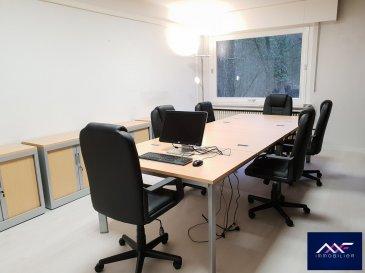 -- FR --<br/><br/>Situé à 2 pas du centre-ville derrière le STADE Josy BARTHEL, à louer à Luxembourg-Ville 1 grand BUREAU MEUBLE RENOVE de 25 m² environ.<br><br>Au calme, le bureau est meublé (chaises, bureaux et tout un mur de bibliothèque et de meubles de rangement) offre une vue verdoyante.<br>La réception du courrier et le WIFI sont inclus.<br>Confortable pour 4 à 5 collaborateurs.<br><br>Une grande salle de réunion est à disposition.<br><br>Accès par ascenseur.<br>A disposition une kitchenette et toilette.<br><br>Belle accessibilité.<br>Facilité de se garer dans le quartier.<br><br>Idéal pour toute activité administrative, tertiaire,  bureau ou société de services.<br><br>Il est également possible de louer 2 autres bureaux supplémentaire de 25 m² et 32m² sur le même plateau.<br><br><br>+ Loyer: 1100 EUR/mois<br>+ Charges forfaitaire : 100 EUR/mois (électricité, privée et commune, eau C+F, internet...<br>+ Caution : 2 mois<br>+ Disponibilité : IMMEDIATE<br>+ Frais d\'agence : 1 mois HT + TVA<br><br>A VISITER SANS HESITER !<br>A 3 minutes du :<br>- Centre-ville,<br>- Kirchberg,<br>- Boulevard Royal,<br>- Arrêts de Bus et accès autoroutiers.<br><br>A proximité :<br>- Commerces , restaurant,, coiffeurs, supermarchés\'<br>- Stations essences,<br>- Médecin, Pharmacie, Centre Hospitalier,<br>- Parcs, parcours de jogging, club de sport\'<br />Ref agence :L_bureau1-25m²-rollingergrund