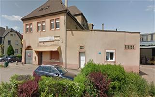 LOCAL COMMERCIAL  Situé à Hagondange cité, rue du Maréchal Foch, cellule commerciale d\'environ 148,20m² a conforter intégrant un F1 sutdio d\'envrion 17m² en duplex. Lot n°13 sur le l\'esquisse d\'étage. Possibilité d\'achat de la cellule n°15 mitoyenne.