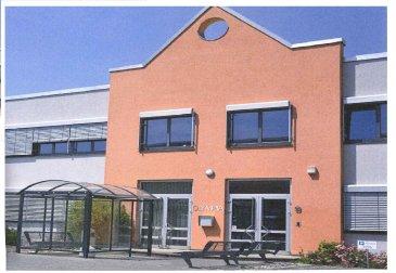 Le bâtiment Olympia se déploie sur 2 étages et peut proposer jusqu'à 90 espaces de bureaux (de 10m² à 150m²) répartis sur ses 1500m².  Bureaux modulables, aménagement intérieur soigné et chaleureux....  Bureau avec fenêtre de 30m² situé au rdch.  Charges: 4,5€ / m² / mois. Caution: 3 mois de loyer Commission: 1 mois de loyer + TVA Bureau meublé: 30€ / mois HTVA Parking extérieur: 85€ / mois HTVA.