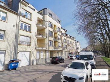 Appartement à louer de 90m2   Sis à Luxembourg-Hollerich, en face du Campus Geesseknäpchen et à deux pas du parc de Merl.  Description de l'appartement:  - 1étage avec ascenseur - 90m2 - Hall d'entrée - Cuisine équipée individuelle - Salon avec accès sur le petit balcon (4,5m2) - 2 chambres à coucher avec accès au balcon arrière de 17m2 - Salle de bain  - WC séparé - Emplacement intérieur  L'appartement est disponible de suite  Loyer : 1800' Charges : 180' Frais d'agence : 2106' TTC 17% Ref agence :1213132