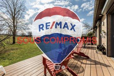 Lien vidéo : https://youtu.be/Y5H66mE3RKE  Louis MATHIEU RE/MAX Partners, spécialiste de l'immobilier à Crauthem vous propose en exclusivité à la vente cette superbe maison individuelle de 1987, rénovée en 2013, 2015 et 2019 avec des matériaux de qualité, sur un terrain de 6,81 ares.  Elle dispose d'une superficie habitable de 211,85 m² pour 300 m² au total. Cette belle maison avec vue sur les champs, est située dans une impasse dans un quartier calme, à proximité d'une crèche.  La maison se compose au rez-de-chaussée : d'un hall d'entrée avec placard encastré, d'un grand séjour/salle à manger de plus de 40 m² avec un premier accès sur une grande terrasse en bois composite de 25 m² exposée Sud-Est, d'une cuisine équipée indépendante (équipements AEG/Siemens/Franke/Miele) avec un second accès sur la terrasse, d'une suite parentale plus de 16 m² avec une partie dressing et une salle de douche (douche italienne, vasque, WC, rangements), d'un WC indépendant.  Au premier étage : un hall de nuit, deux chambres de 17 m² chacune avec des dressings encastrés, une troisième chambre de presque 18 m², un dressing indépendant, une salle de bain (baignoire, vasque, rangement, WC).  Sous les combles : un grenier mansardé de presque 45 m².  Au sous-sol : un hall, un WC indépendant, un garage double (pouvant être agrandit en garage pour quatre véhicules) avec portes motorisées, une grande réserve de rangement, une chambre de 23 m², une buanderie avec coin technique.  À l'extérieur : trois emplacements extérieurs, une grande terrasse de 25 m² en bois composite exposée Sud-Est, deux cabanes en bois dans le jardin, une balançoire.  Caractéristiques supplémentaires : chauffage gaz par chaudière Viessmann, parquet massif dans la partie séjour, toiture révisée et nettoyée (2015), volets électriques, moustiquaires dans les chambres, prises RJ45, fibre optique, système d'alarme Risco, etcà  Rénovations récentes : chaudière Viessmann (2013), cuisine complètement rénovée (2013), salles de bai