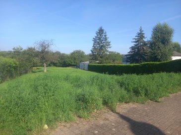 NOUS VENDONS à GUERSTLING (57320)  soit à quelques mètres à peine de la frontière allemande,  et proche de l\'accès à l\'autoroute menant de SARRELOUIS vers le LUXEMBOURG ;   un très beau terrain à bâtir d\'une superficie totale de 20,95 ares.  Situé hors lotissement, il offre une largeur de façade de 21,50 m. Il est libre de construction.   Donnant directement sur le rue principale du village, sa viabilisation sera aisée à réaliser.   LE BIEN EST IMMEDIATEMENT DISPONIBLE.   CONTACT :   Gérard STOULIG – Agent commercial au : 06 03 40 33 55  NB : Les frais d\'agence sont à la charge du vendeur.