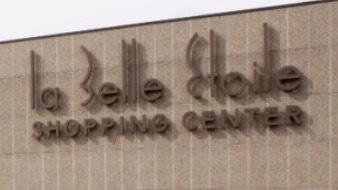 B&C Immobilière vous propose à la location 4 places de parking à 200M de la Belle Etoile.  Loyer mensuel : 160€   Frais d'agence : 160€ HT   Bail de 6 mois ferme minimum  Contact : 671050392