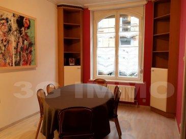 A LONGWY BAS, A 5 MIN A PIEDS DE LA GARE, AU CALME, BELLE MAISON DE CARACTÈRE, RÉNOVÉE AVEC GOUT DE 105 M², 3 CHAMBRES (4 ème POSSIBLE), BALCON COUVERT.   A l'entrée, vestiaire intégré idéalement placé. D'un côté, accès au salon, et de l'autre à l'ensemble cuisine équipée (avec son coin repas) et salle à manger. Accès direct au balcon couvert de 15 m² depuis la cuisine. Les cloisons de séparation des pièces à l'entrée sont démontables. De même, sous les lambris, les plafonds d'origine (plâtre traditionnel, moulures, rosaces) sont en très bon état.  A l'arrière du salon, toilettes séparées (avec lave main), dégagement vers un bel escalier bois menant au palier du premier étage (suffisamment grand pour meubler), entièrement sur un beau plancher