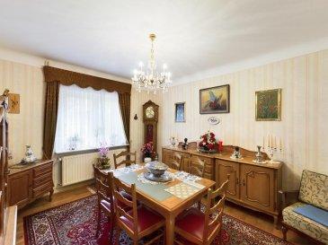 RE/MAX, spécialiste de l\'immobilier à Differdange, vous présente cette charmante maison mitoyenne sur un terrain de 2,70  ares, idéale pour les personnes qui aiment la tranquillité.  Video 360° \' C\'est par ici, amusez vous -> https://premium.giraffe360.com/remax-partners-luxembourg/43d83c9dd0434c08923e028066798ece/  La maison a été construite aux environ de 1950 et est très bien entretenue, elle se situe dans une zone calme.  Cette demeure vous séduira par son cadre reposant, son fort potentiel, et encore beaucoup d\'autres avantages.  Elle dispose d\'une superficie habitable de +/- 140,27 m2 habitables et de +/- 188,86 m2 totales.  La maison se compose au rez-de-chaussée : d\'une lumineuse pièce de vie séjour de 16 m2 avec un accès sur la salle à manger de 17 m2, une cuisine équipée fermée de 6 m2.   Aux 1er étage elle se compose d\'un hall de nuit, d\'une première chambre de 15 m2, d\'une deuxième chambre de 17 m2 et d\'une salle de bain.  Aux 2ème étage elle se compose: d\'une grande pièce de 26 m2, une troisième chambre de 11 m2 et une quatrième chambre également de 11 m2.  La maison se complète au sous-sol avec une surface entière de 51 m2 : D\'une cave, d\'une salle de douche, de la pièce pour la chaufferie (BUDERUS),  d\'un garage pour une voiture avec un accès sur la terrasse et aux jardin clôturé.  A l\'extérieur d la maison on dispose de deux emplacement extérieur.  Caractéristiques supplémentaires : double vitrage, chauffage au gaz, un garage et 2 emplacement extérieur.  Disponibilité : en juillet 2021.  Passeport énergétique en cours.  Differdange la commune luxembourgeoise dans le sud de Luxembourg, la maison se trouve à proximité des transport en commun, Lycée Technique, Auchan, commerces, Autoroute et vous êtes en moins de 10 minutes à la Gare de Differdange.  La commission d\'agence est inclut dans le prix de vente et supportée par le vendeur. N\'hésitez pas de me contacter: +352 691 683 703 ou eduardo.vieira@remax.lu Eduardo VIEIRA Ref agence : 5