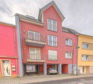 ***SOUS COMPROMIS*** RE/MAX PARTNERS, Carina Santos, spécialiste de l'immobilier à Tétange, vous invite à découvrir en exclusivité ce très bel appartement construit en 2005, à la fois pratique et chaleureux, offrant 58m2 de surface habitable.    Il se compose d'un hall d'entrée qui s'ouvre sur un living lumineux et une cuisine équipée de 30m2, avec un accès balcon de +/- 5 m2.   Une spacieuse chambre de 16m2, une salle de douche d'environ 5,5m2 et un wc séparé.     Au rez-de-chaussée: un local vélo, une buanderie commune, ainsi qu'un emplacement intérieur avec accès à une cave privative.    Dans l'environnement proche, vous trouverez toutes les commodités de la vie courante, telles que: banques, bureau de poste, restaurants, écoles, pharmacie, centre médical....   Disponibilité immédiate - nous vous attendons pour une visite!  Contact agent: Carina Santos par téléphone au 621187350 ou par mail carina.santos@remax.lu.