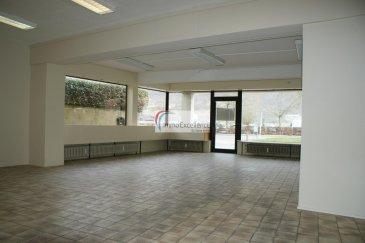 IMMO EXCELLENCE vous propose ce joli local commercial d\'une surface de 101 m2 se composant d\'une grande pièce de 66,50m2, de deux bureaux supplémentaires, d\'une cuisine équipée, d\'un W.C. séparé, d\'un patio ainsi que d\'une pièce pour stocker du matériel, marchandises et autres. Le local s\'adapte idéalement pour un cabinet médical, un cabinet d\'avocats, ou toute autre profession libérale ( Agence de voyage, Agence d\'Assurances, Epicerie, Commerce?.. ). Le local se situe front-rue et dispose de grandes baies vitrées ainsi que d\'une très bonne visibilité. Nombreux parkings à 30 mètres. Bail sur 3,6,9 ans.  Situation idéale à quelques pas de la zone piétonne d\'Echternach. Ref agence :3426699